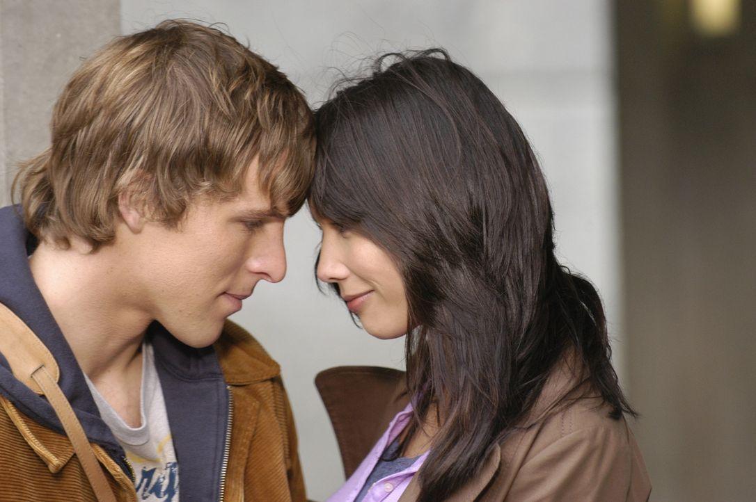 Kyle (Chad Faust, l.) beschließt, auf einer Studentenverbindungsfete, sein Teenagerleben nachzuholen. Wendy (Lexa Doig, r.) unterstützt ihn dabei ..... - Bildquelle: Viacom Productions Inc.