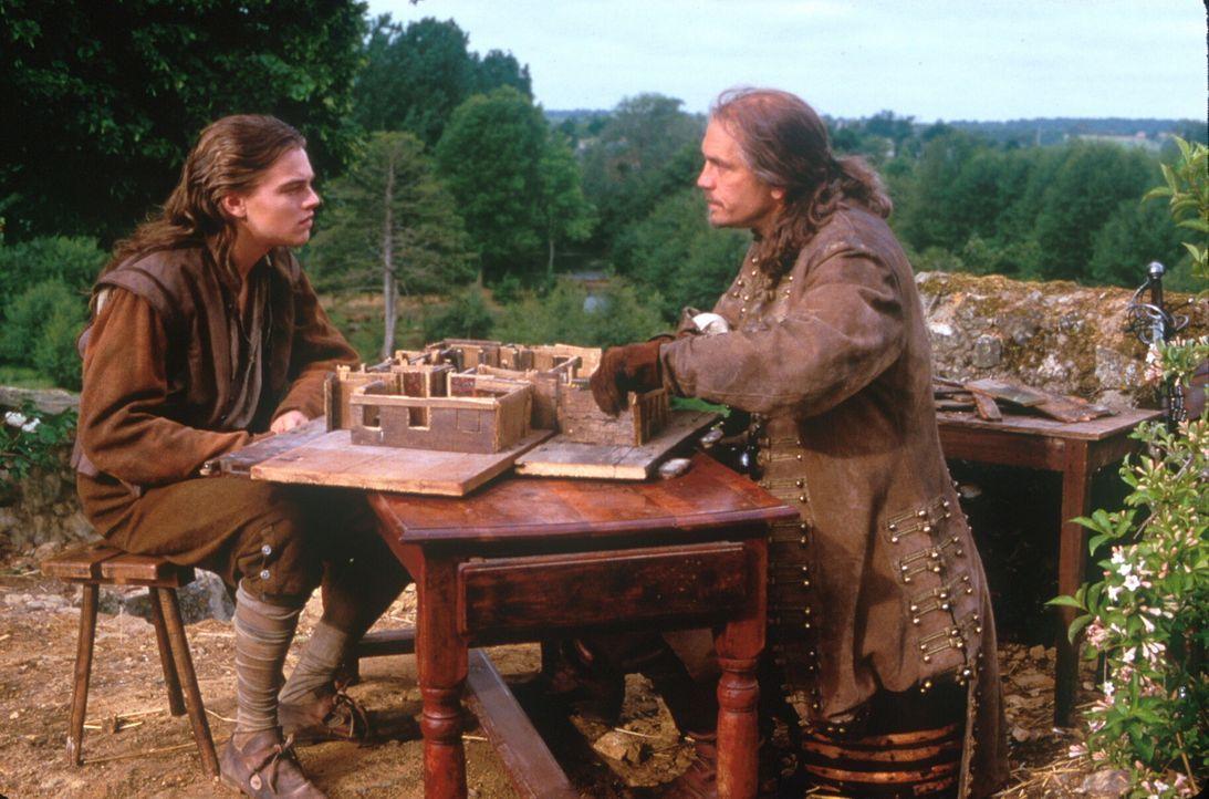 Unterricht für einen angehenden König: Um Phillippe (Leonardo DiCaprio, l.) gegen den rechtmäßigen König austauschen zu können, muss Athos (John Mal... - Bildquelle: 1998 UNITED ARTISTS PICTURES INC. All Rights Reserved