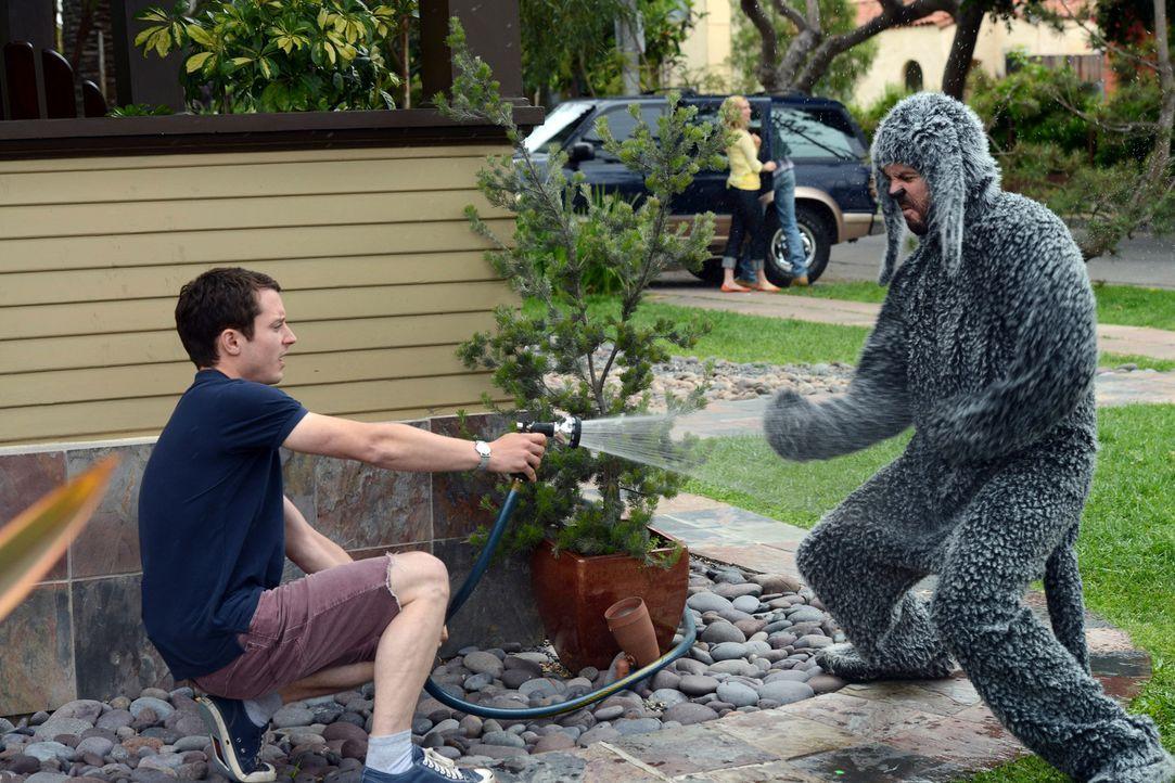 Ständig schwirrt Wilfred (Jason Gann, r.) um Ryan (Elijah Wood, l.) herum. Langsam beginnt sich Ryan genervt zu fühlen ... - Bildquelle: 2011 FX Networks, LLC. All rights reserved.