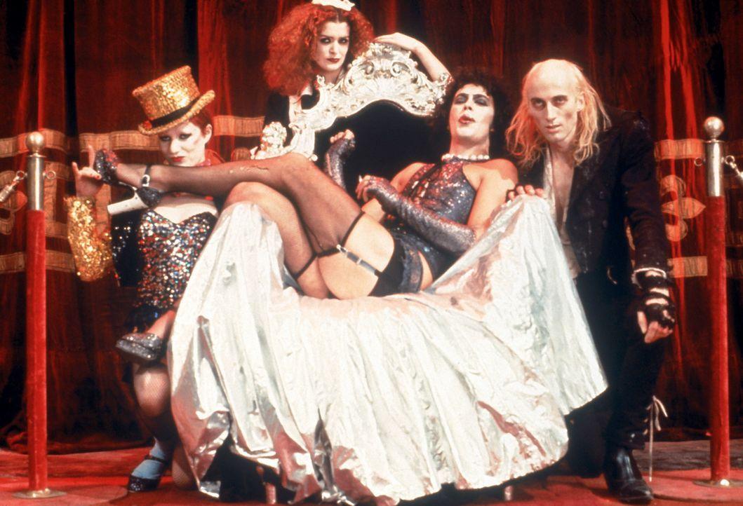 Der Hausherr Dr. Frank-N-Furter (Tim Curry, 2.v.r.) mit seinen Hausmädchen Columbia (Nell Campbell, l.) und Magenta (Patricia Quinn, 2.v.l.) und sei... - Bildquelle: 1975 Houtsnede Maatschappi N.V.
