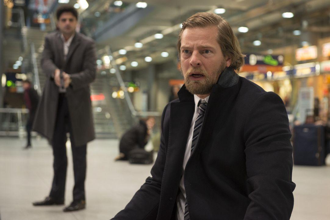 Andreas (Maximilian Grill, l.) kann es kaum glauben, aber vor dem Mordopfer kniet Mick (Henning Baum, r.) mit einer Waffe in der Nähe. Was hat sein... - Bildquelle: Martin Rottenkolber SAT.1