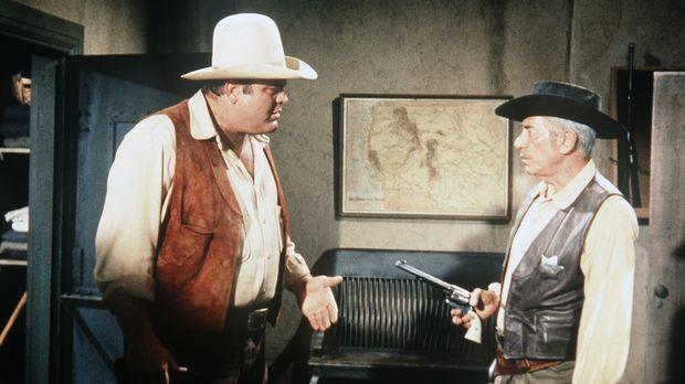 Hoss Cartwright (Dan Blocker, l.) wird von Sheriff Millet (John Marley, r.) w...