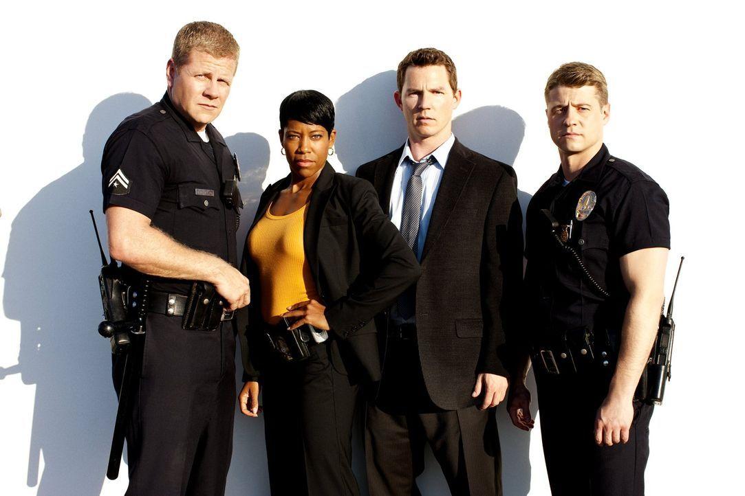 (3. Staffel) - Nach dem Dienstschluss müssen Officer John Cooper (Michael Cudlitz, l.), Detective Lydia Adams (Regina King, 2.v.l.), Detective Sammy... - Bildquelle: Warner Brothers