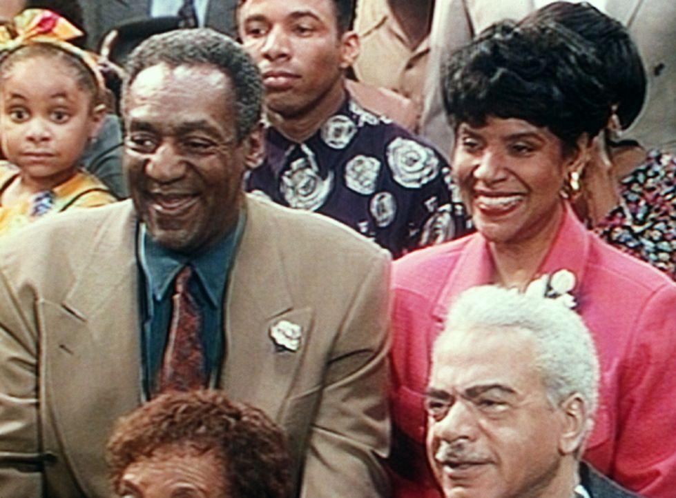 Olivia (Raven Symone, l.), Lance (Alan Paine, M.), Cliff (Bill Cosby, 2.v.l.), Clair (Phylicia Rashad, r.) und Russell (Earle Hyman) verfolgen geban... - Bildquelle: Viacom