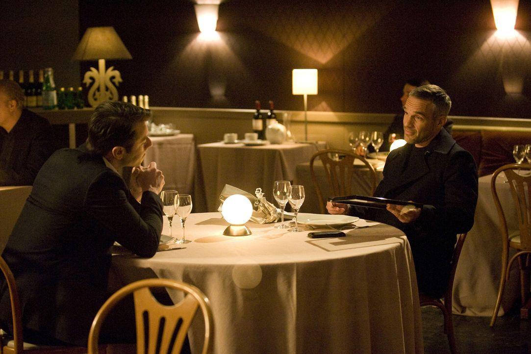 Als sich Rocher (Philippe Bas, r.) mit seinem Bekannten Dimitri Ferrant (Benjamin Bourgois, l.) trifft, ahnt er noch nicht, dass sein Kumpel bald we... - Bildquelle: 2015 BEAUBOURG AUDIOVISUEL