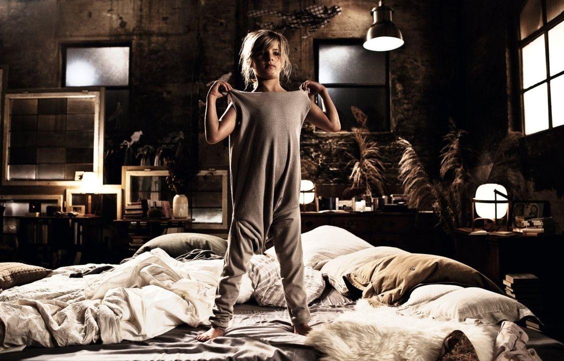 """Auf Kinder ist Henry überhaupt nicht eingestellt, da muss er eben kreativ werden, wenn es um das Nachtzeug für seine """"neue"""" Tochter Magdalena (Emma... - Bildquelle: 2012 Warner Brothers"""