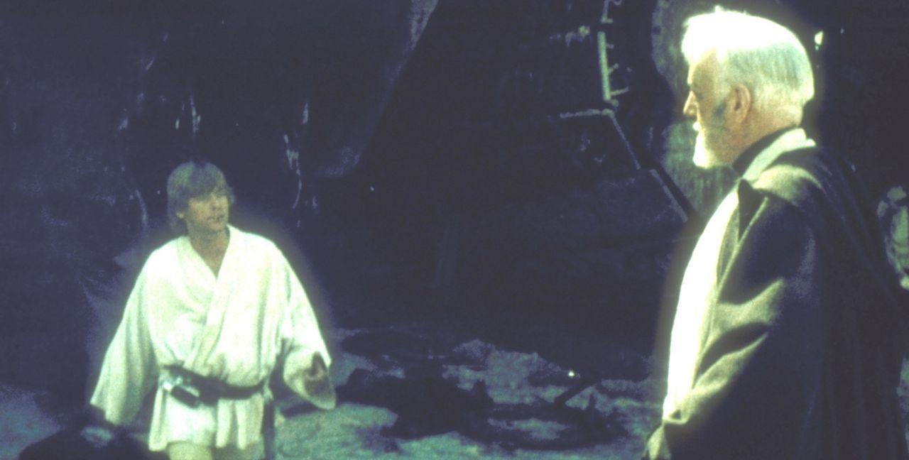 """Jedi-Meister Obi-Wan Kenobi (Alec Guinness, r.) führt Luke Skywalker (Mark Hamill, l.) in den Gebrauch der """"Macht"""" ein ... - Bildquelle: Lucasfilm LTD. & TM. All Rights Reserved."""