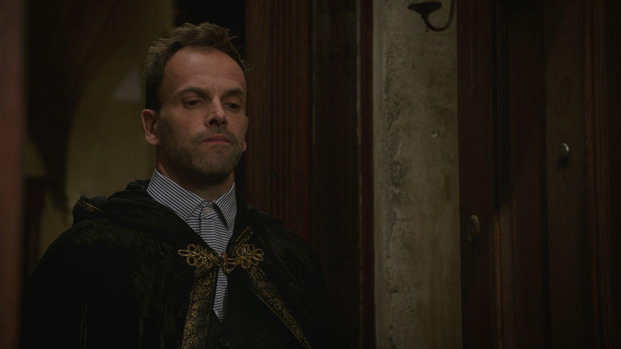 Die Zusammenarbeit mit seinem Vater klappt überraschenderweise hervorragend, doch Sherlock (Jonny Lee Miller) traut der ganzen Angelegenheit nicht s... - Bildquelle: 2015 CBS Broadcasting Inc. All Rights Reserved.