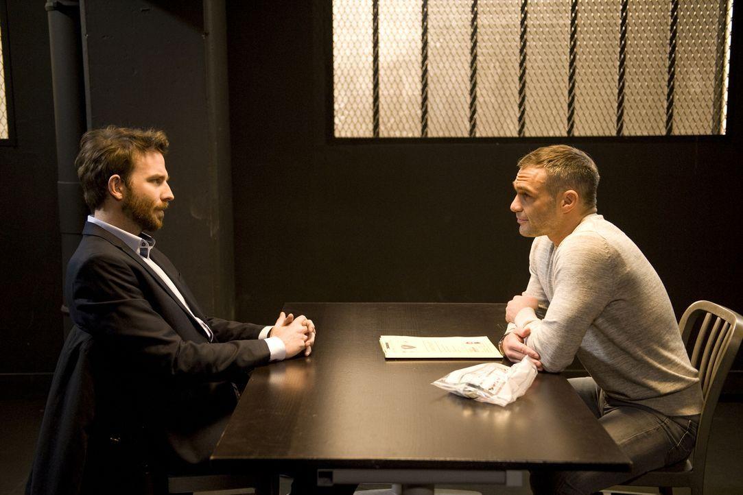 Gabriel Mangin (Martin Mallet, l.) stellt sich der Polizei und Rocher (Philippe Bas, r.) sieht den Mordfall einer jungen Frau schon als gelöst an, d... - Bildquelle: Jaïr Sfez 2012 BEAUBOURG AUDIOVISUEL