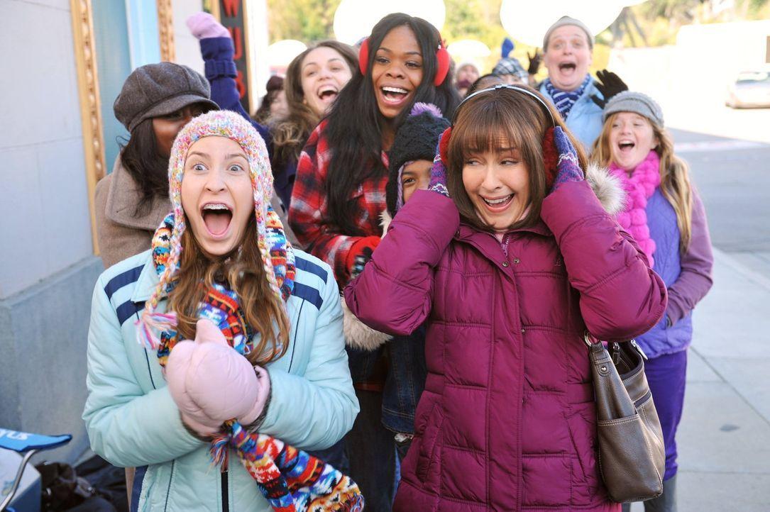 Als Justin Bieber ein Konzert in Indianapolis gibt, fleht Sue (Eden Sher, l.) Frankie (Patricia Heaton, r.) an, ihr Tickets zu kaufen. Die stimmt zu... - Bildquelle: Warner Brothers