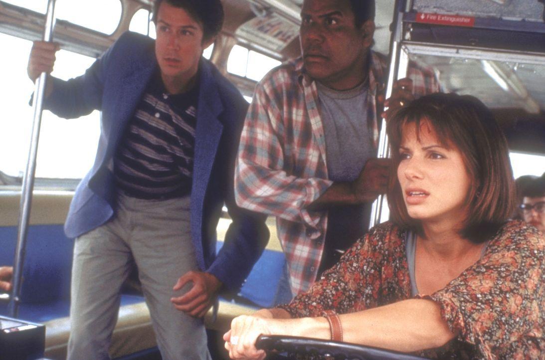 Als der Fahrer des Busses bei einem Schusswechsel verletzt wird, übernimmt die couragierte Annie (Sandra Bullock) das Steuer und gibt Speed ... - Bildquelle: Twentieth Century Fox of Germany