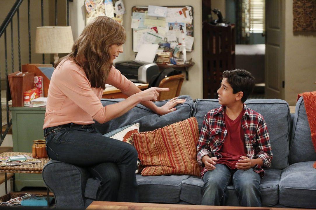 Auch Bonnie (Allison Janney, l.) probiert ihrem Enkel Roscoe (Blake Garrett Rosenthal, r.) eine Lektion zu erteilen. Er soll nicht wie sie und seine... - Bildquelle: 2016 Warner Bros. Entertainment, Inc.