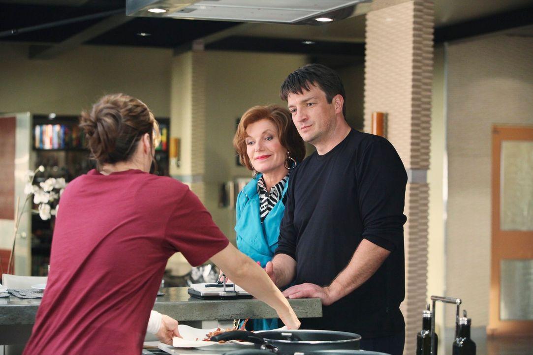 Martha (Susan Sullivan, M.) und Richard (Nathan Fillion, r.) könnten sich durchaus an die Anwesenheit von Kate (Stana Katic, l.) gewöhnen. - Bildquelle: ABC Studios