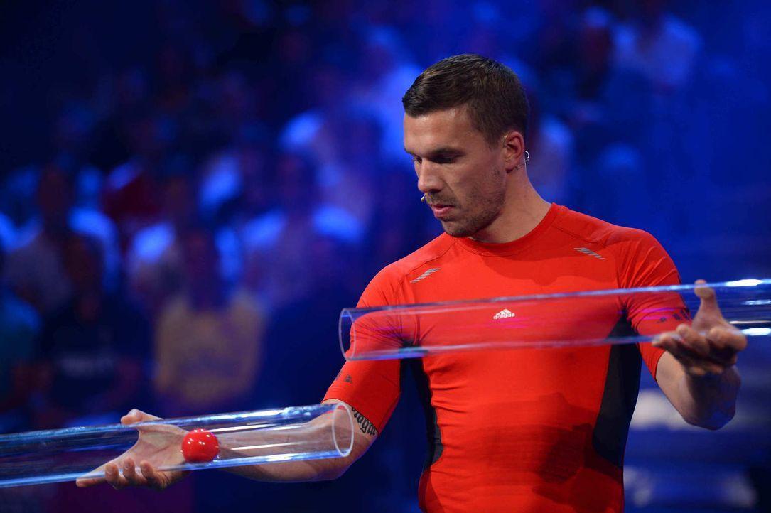 Nationalspieler Lukas Podolski (Bild) nimmt die Herausforderung gegen Elton an ... - Bildquelle: Willi Weber ProSieben