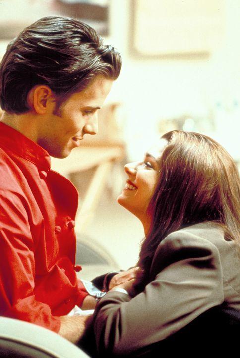 Daniel (Christian Oliver, l.) glaubt, in der TV-Produzentin Kathryn (Linda Hunt, r.) seine große Liebe gefunden zu haben. Doch nach und nach dämmert...