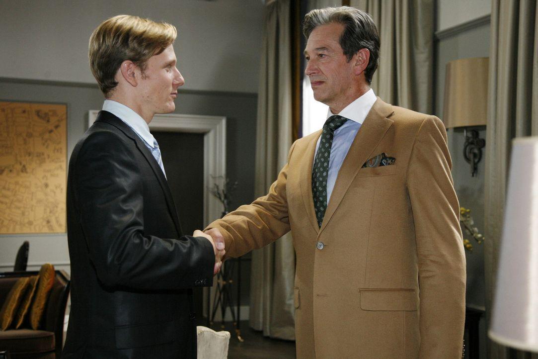 Julius (Günter Barton, r.) treibt seinen Deal mit Philip (Philipp Romann, l.) voran. Danach bereitet er Mark vage auf eine große Überraschung vor... - Bildquelle: Sat.1