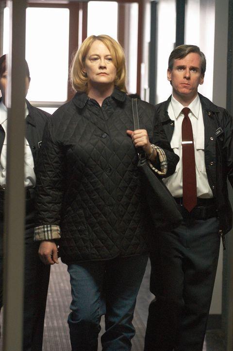 Als die Medien- und Geschäftsfrau Martha Stewart (Cybill Shepherd, M.) die Aktien einer Pharmafirma verkauft, kurz bevor deren Zulassung für ein neu... - Bildquelle: TM &   2009 CBS Studios Inc. All Rights Reserved.
