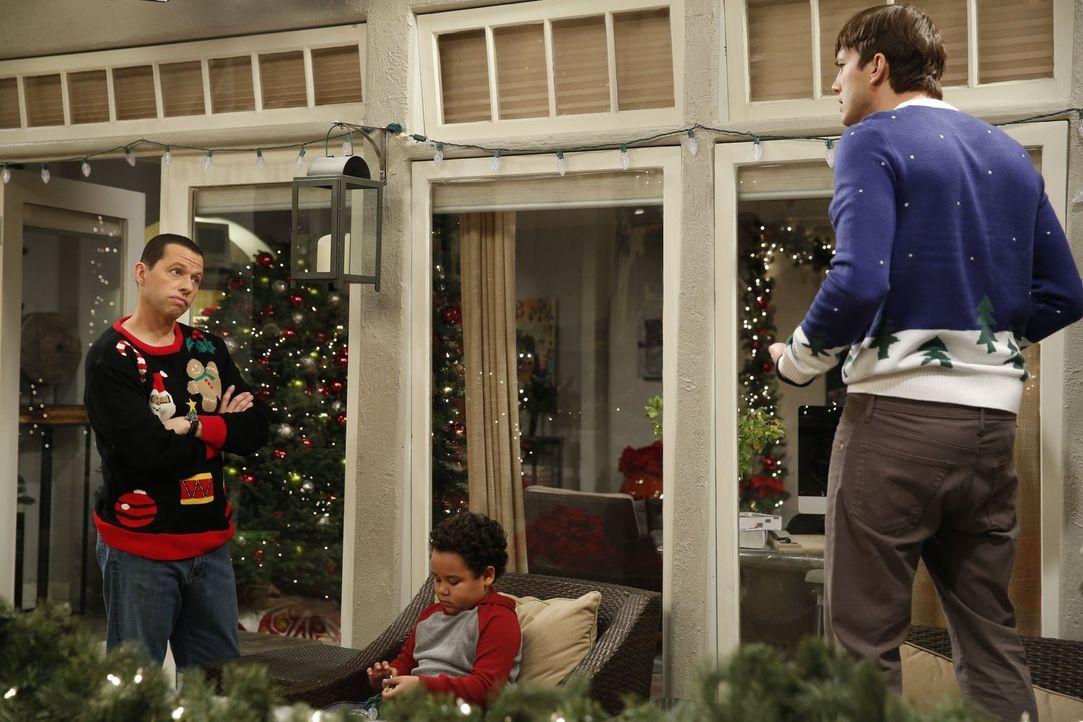 Weihnachten steht vor der Tür und Walden (Ashton Kutcher, r.) und Alan (Jon Cryer, l.) wollen ihrem Pflegesohn Louis (Edan Alexander, M.) ein perfek... - Bildquelle: Warner Brothers Entertainment Inc.