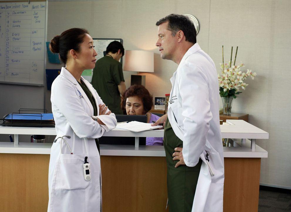 Cristina (Sandra Oh, l.) muss Dr. Parker (Steven Culp, r.) ihre Teamfähigkeit beweisen, während es zwischen Jackson und April zu Spannungen kommt,... - Bildquelle: ABC Studios