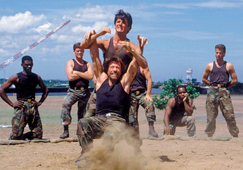 Die Männer der Spezialeinheit müssen bei Joshua McCord (Chuck Norris, vorne M.) ein hartes Training absolvieren ... - Bildquelle: CBS Television