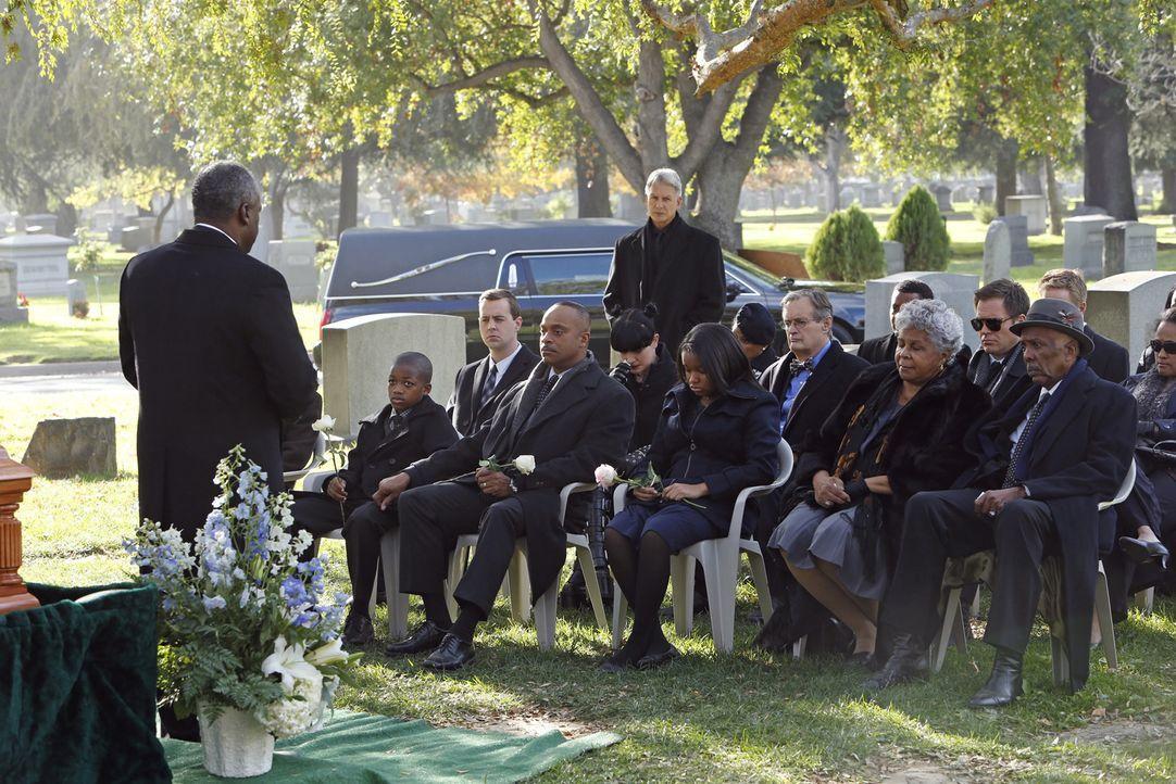 Das Team nimmt Abschied von Leon Vances (Rocky Carroll, 4.v.l.) Frau ... - Bildquelle: CBS Television