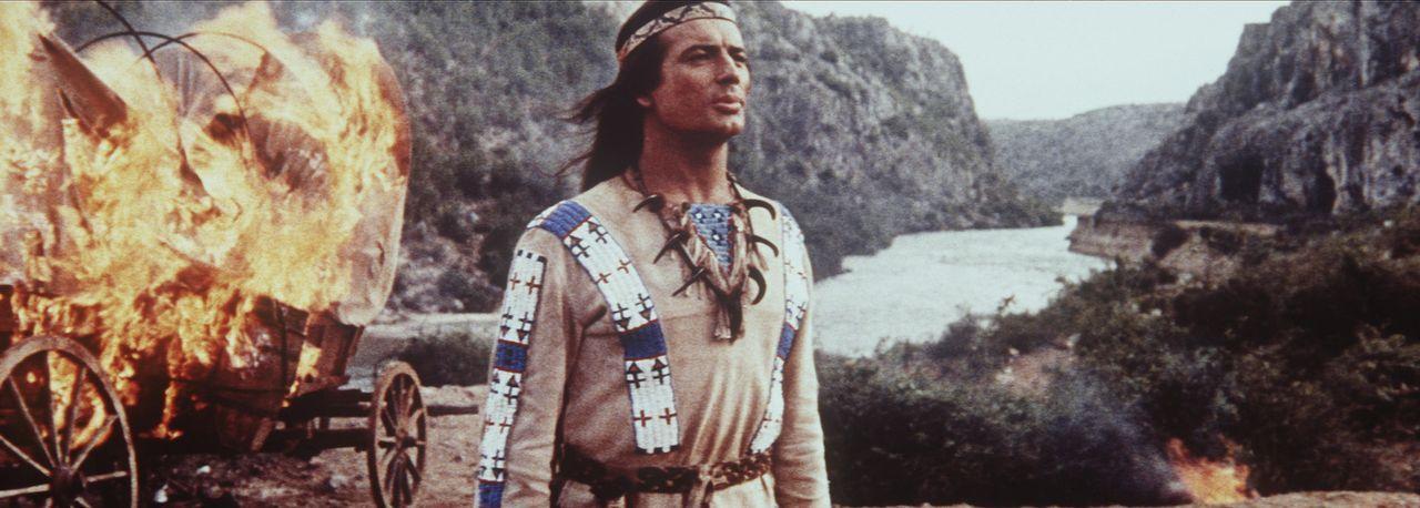 Winnetou (Pierre Brice) macht sich auf den Weg zu den Navajo-Indianern, um den Häuptling von der friedlichen Absicht der weißen Siedler zu überze... - Bildquelle: Columbia Pictures