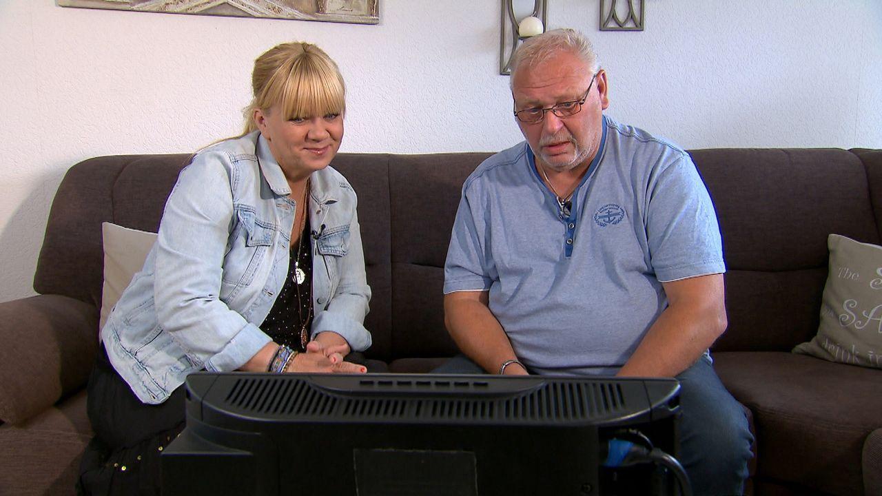 John (r.) hat einen Suchauftrag für Julia Leischick (l.), denn er vermisst seine Kinder Tracy und Andrew. Seine Ex-Frau verwehrte ihm nach der Trenn... - Bildquelle: SAT.1