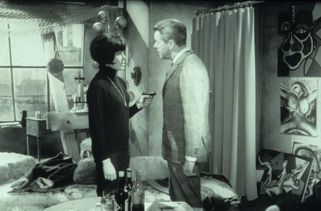 Margie Fielding (Barbara Rütting, l.) bedroht Inspektor Wesby (Heinz Drache, r.) mit einem Revolver ... - Bildquelle: Constantin Film