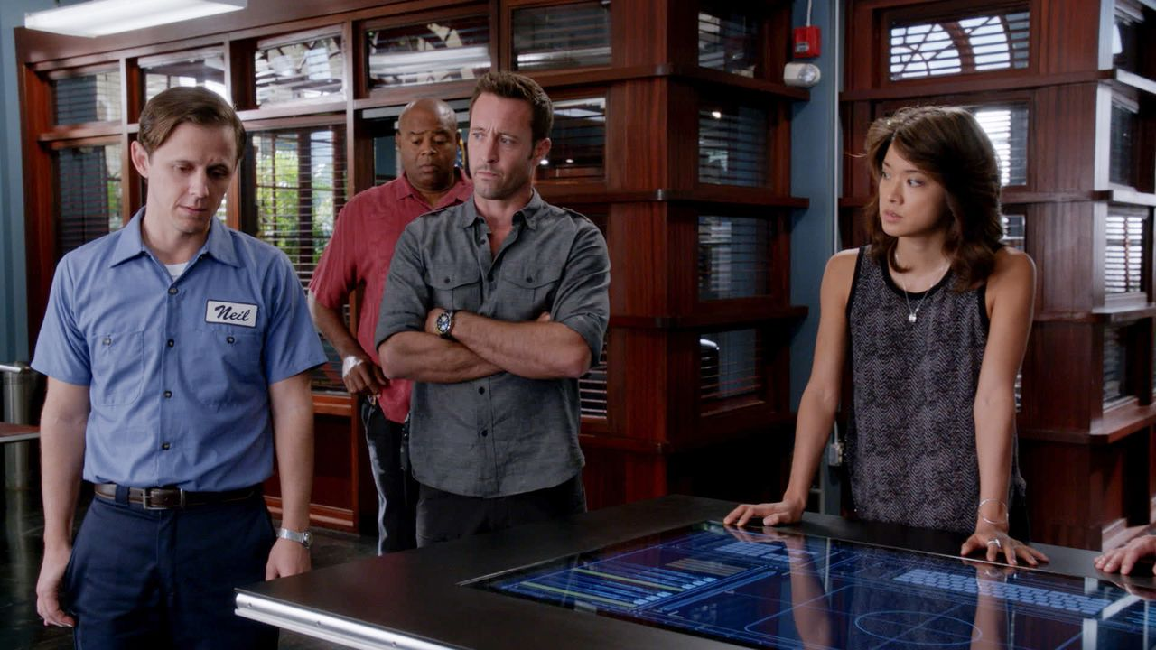 Kann Neil (Joe Egender, l.) dem Team um Steve (Alex O'Loughlin, 2.v.r.), Kono (Grace Park, r.) und Grover (Chi McBride, 2.v.l.) helfen, einen Mordfa... - Bildquelle: 2016 CBS Broadcasting, Inc. All Rights Reserved