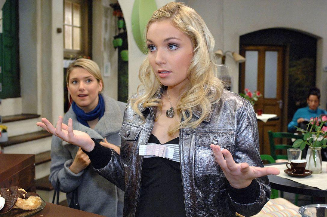 Anna (Jeanette Biedermann, l.) erfährt zufällig, dass Lily (Jil Funke, r.) ein Ticket für ein Treffen mit Manuel Diaz gewonnen hat. - Bildquelle: Oliver Ziebe Sat.1