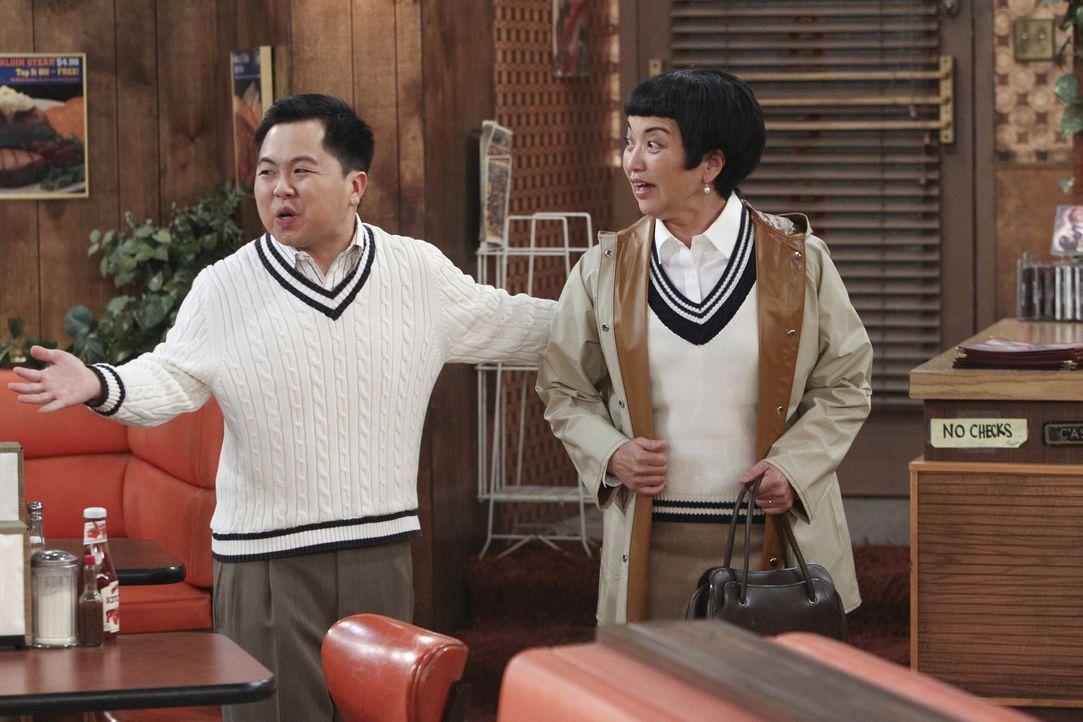 Der spontan angekündigte Besuch von Lees (Matthew Moy, l.) Mutter Su-Min (Karen Maruyama, r.) führt zu einem Chaos ... - Bildquelle: Warner Bros. Television