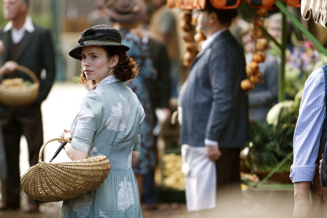 Nach dem Tod ihres Bruders entschließt sich die Russin Eva Delectorskaya (Hayley Atwell) dazu, für den britischen Geheimdienst zu arbeiten und begin... - Bildquelle: TM &   2012 BBC