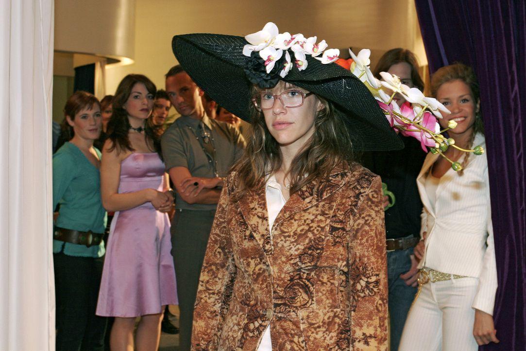 Lisa (Alexandra Neldel, M.) glaubte allein zu sein, als sie heimlich Mariellas Hut aufprobiert. Dank Sabrinas (Nina-Friederike Gnädig, r.) Gehässi... - Bildquelle: Sat.1