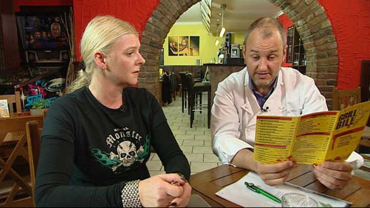 """Anja Rinne (l.) und Frank Rosin (r.) gehen gemeinsam die Speisekarte des """"Grill Bill"""" durch. - Bildquelle: kabel eins"""