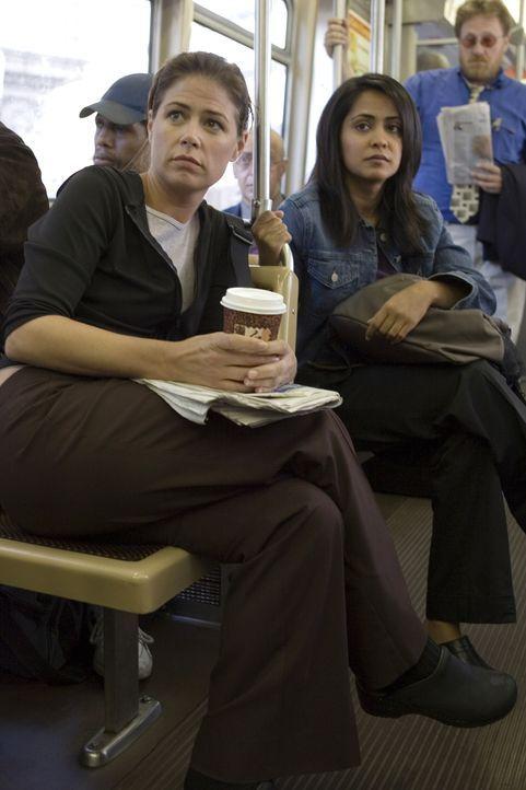 Während Abby (Maura Tierney, l.) und Neela (Parminder Nagra, r.) in der S-Bahn von zwei super gestylten jungen Frauen wegen ihres praktischen Schuhw... - Bildquelle: Warner Bros. Television