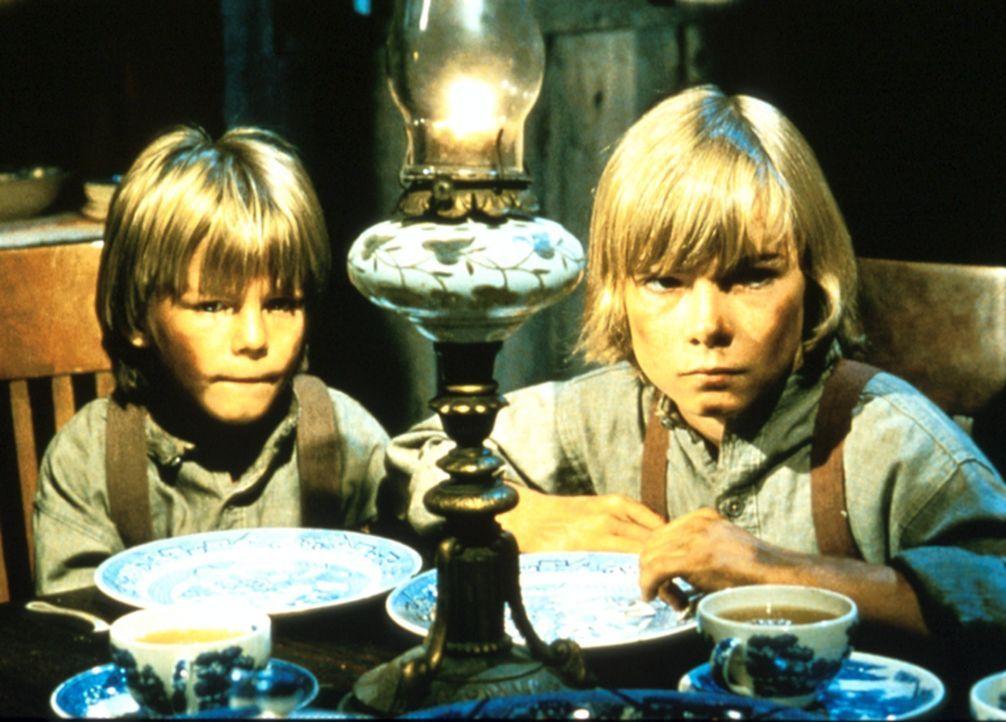 Endlich haben die Waisen Tim (Marty McCall) und Robbie (Timothy Marshall) Adoptiveltern gefunden - so scheint es wenigstens ... - Bildquelle: Paramount Pictures