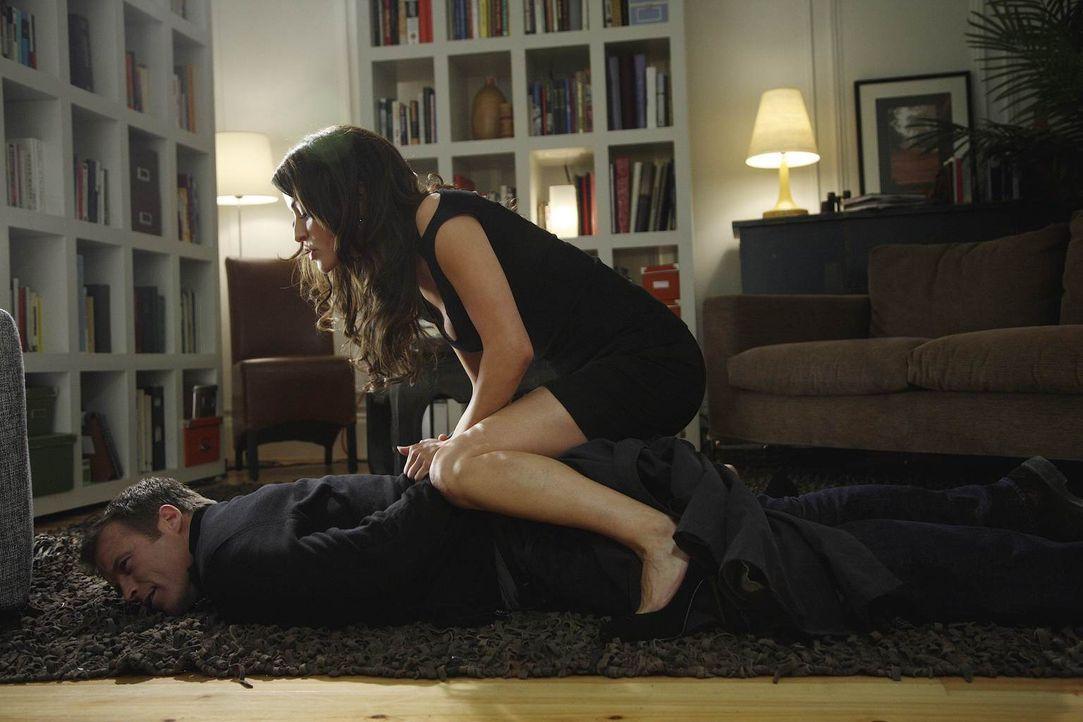 Chance (Mark Valley, unten) spürt, dass mit Agent Emma Barnes (Emmanuelle Vaugier, oben) nicht zu spaßen ist ... - Bildquelle: Warner Brothers