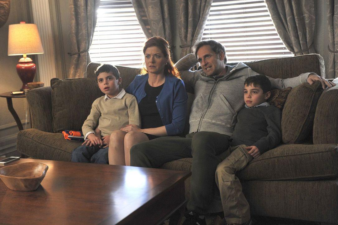 Bei der Erziehung ihrer Söhne Harrison (Vincent Reina, r.) und Nicholas (Charlie Reina, l.) kann Laura (Debra Messing, 2.v.l.) nur mit sehr wenig Hi... - Bildquelle: Warner Bros. Entertainment, Inc.