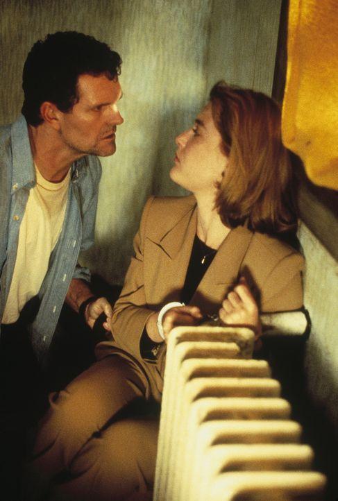 Scully (Gillian Anderson, r.) wird von Jack Willis (Christopher Allport, l.) gefesselt, und er erklärt ihr, dass er in Wirklichkeit Dupre ist. - Bildquelle: TM +   Twentieth Century Fox Film Corporation. All Rights Reserved.