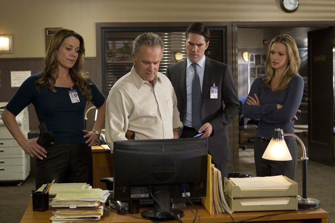 Ein Serientäter treibt in Rapid City sein Unwesen. Agent Gretchen Stern (Claudia Christian, l.), Detective Tom Landry (John Posey, 2.v.l.), Hotch (... - Bildquelle: ABC Studios