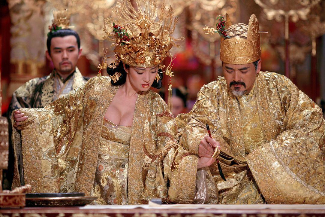 Prinz Jai (Jay Chou, h. l.) kann nur tatenlos zusehen, wie sein Vater Kaiser Ping (Yun Fat Chow, v. r.) das Land und seine Frau Phoenix (Li Gong, v.... - Bildquelle: TOBIS Film