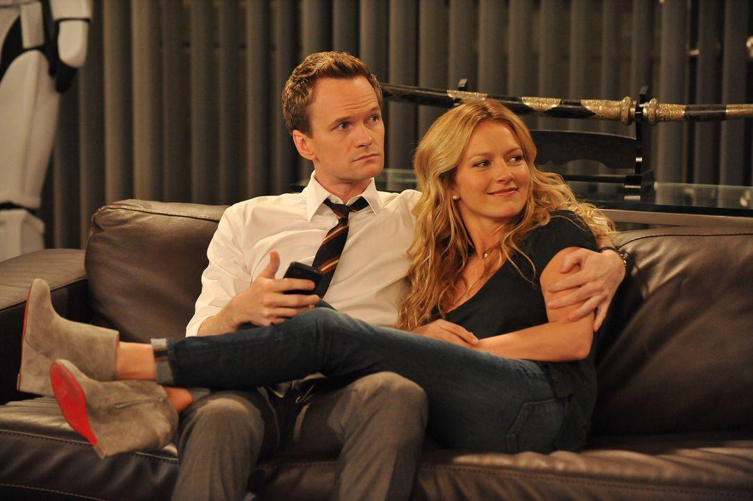 Barney (Neil Patrick Harris, l.) möchte seinen Freunden endlich seine neue Freundin, die Stripperin Quinn (Becki Newton, r.), vorstellen. Doch davo... - Bildquelle: 20th Century Fox International Television