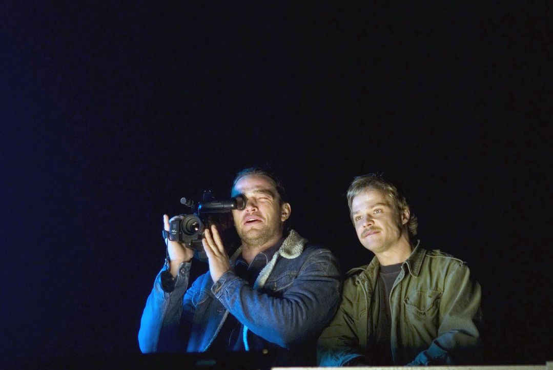Dirk (Ronald Zehrfeld, l.) und Micha (Matthias Koeberlin, r.) riskieren Kopf und Kragen, als sie von einem Hochhausdach aus heimlich die Demonstrati... - Bildquelle: Dirk Plamböck Sat.1