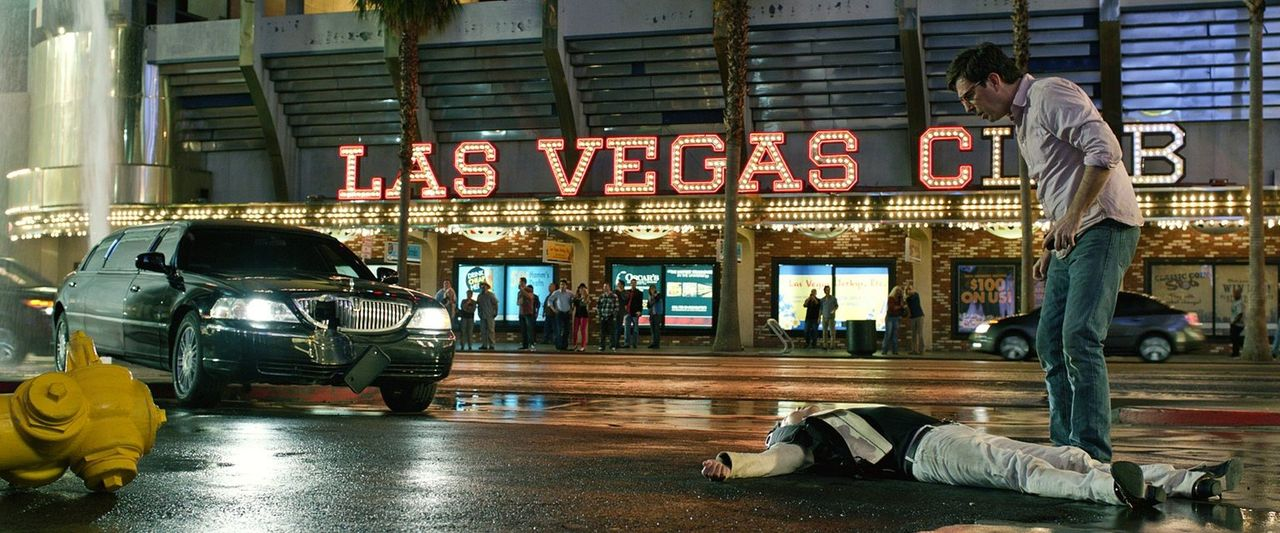 Absturz: Hat Stu (Ed Helms, r.) Drogenhändler Leslie Chow (Ken Jeong, l.) getötet? - Bildquelle: 2013 Warner Brothers