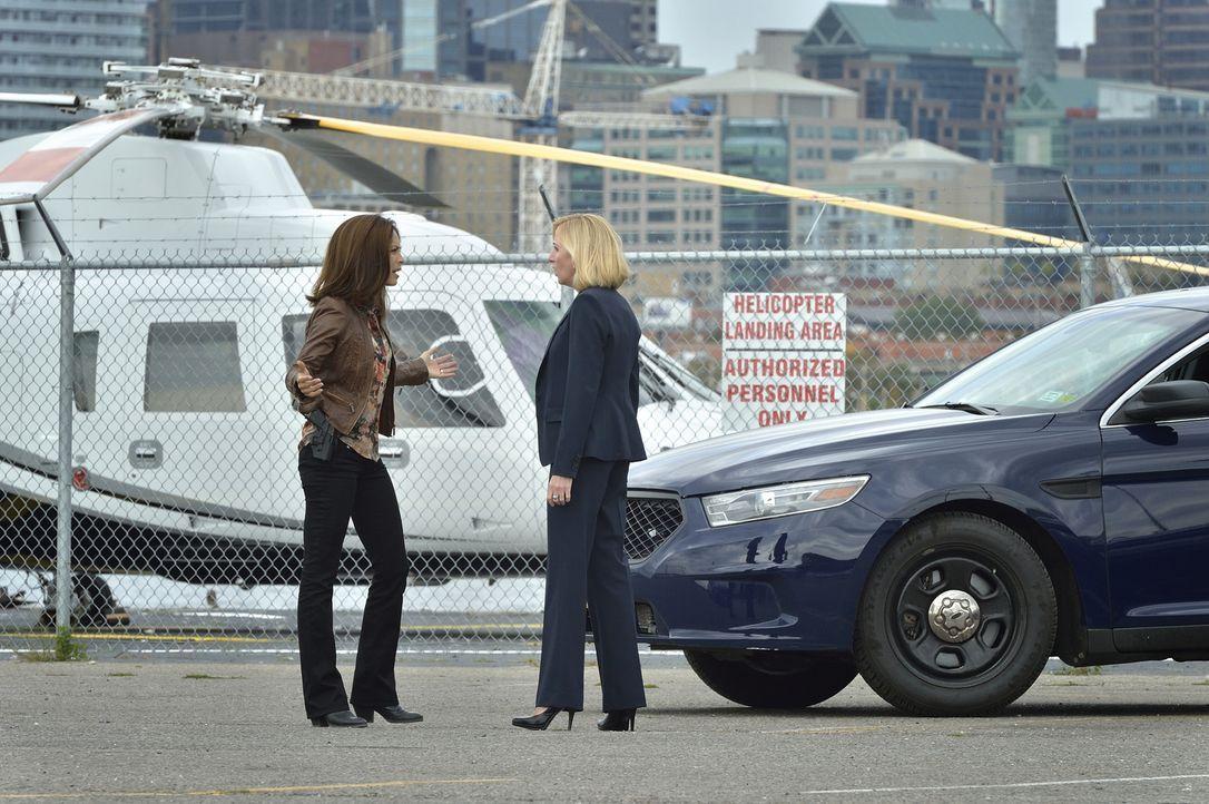 Während Cat (Kristin Kreuk, l.) weiterhin versucht, Special Agent Olivia Dylan (Anastasia Barzee, r.) und das DHS von ihrer Loyalität zu überzeugen,... - Bildquelle: Ben Mark Holzberg 2016 The CW Network. All Rights Reserved.