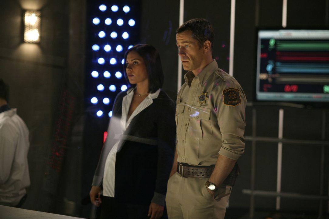 Ungewöhnliche Ereignisse geschehen in Eureka: Jack (Colin Ferguson, r.) und Allison (Salli Richardson, l.) ... - Bildquelle: Universal Television
