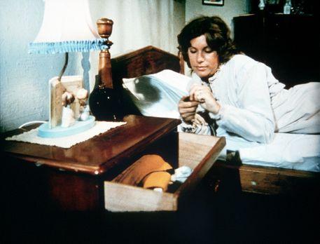 Die Waltons - Verzweifelt greift Mary Ellen (Judy Norton-Taylor) zu Medikamen...