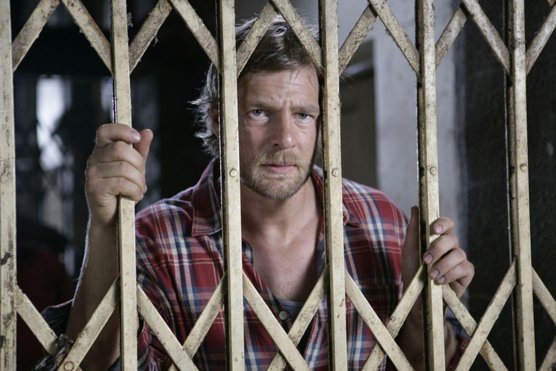 Max (Henning Baum) ist fassungslos. Erst einige Stunden in Indien und schon landet er hinter Gittern ... - Bildquelle: Vinod Deshpande SAT.1