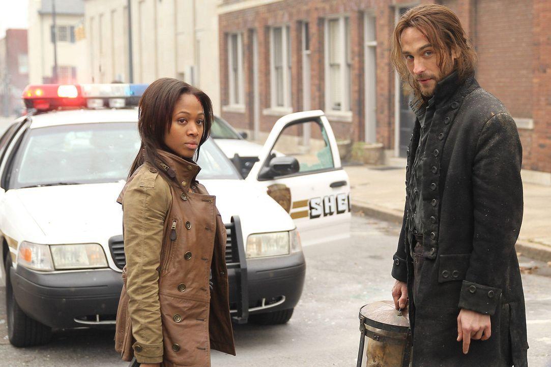 Gemeinsam mit Ichabod Crane (Tom Mison, r.) versucht Lieutanant Abbie Mills (Nicole Beharie, l.), die Geheimnisse von Sleepy Hollow zu lüften ... - Bildquelle: 2013 Twentieth Century Fox Film Corporation. All rights reserved.