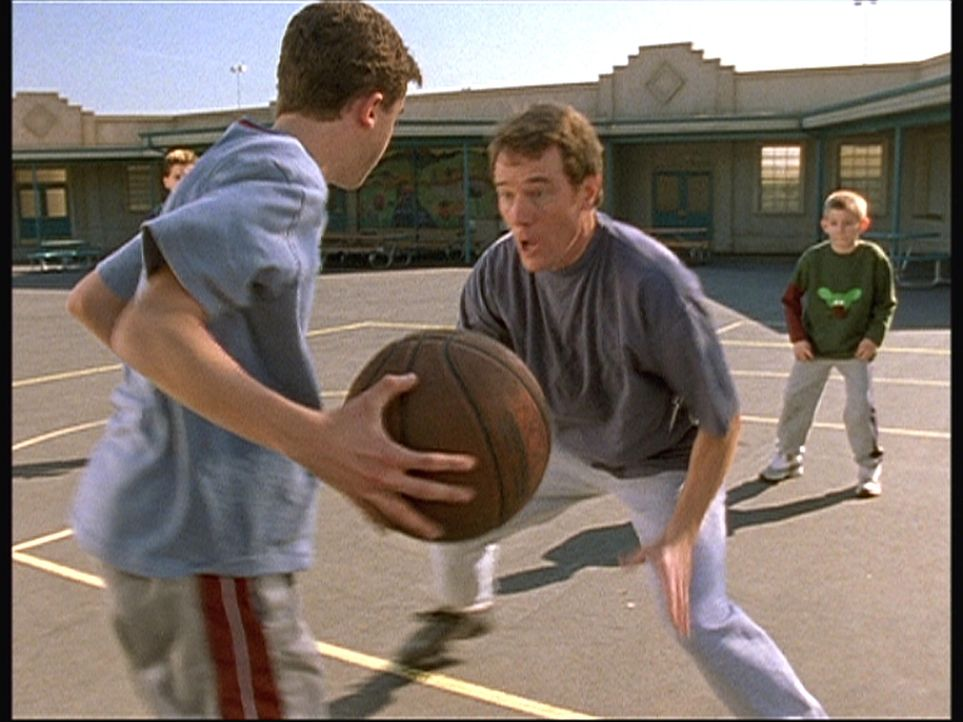 Malcolm (Frankie Muniz, l.) und Dewey (Erik Per Sullivan, r.) wollen endlich ein Basketballspiel gegen Hal (Bryan Cranston, M.) gewinnen ... - Bildquelle: TM +   Twentieth Century Fox Film Corporation. All Rights Reserved.